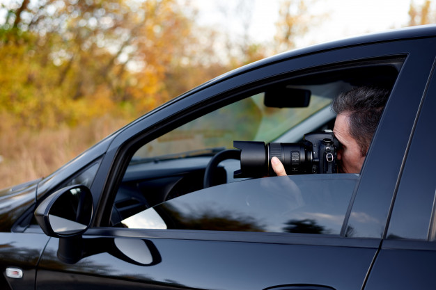 https://www.freepik.com/premium-photo/young-man-with-dslr-camera-car_5862282.htm#page=2&query=private+investigator&position=46