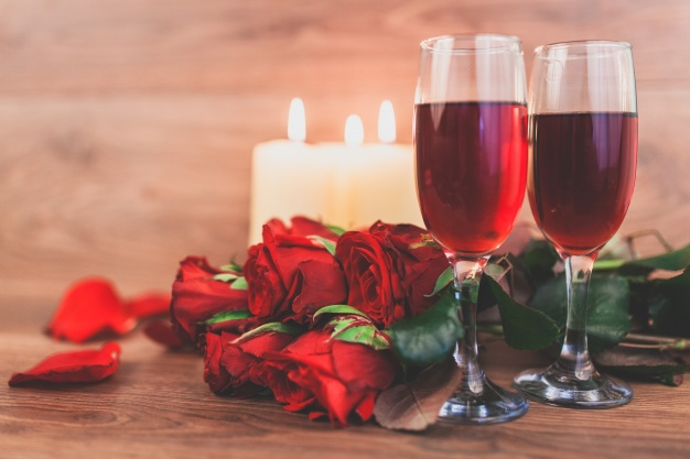https://www.freepik.com/free-photo/wine-glasses-with-lighted-candles-bouquet-roses_1012562.htm#page=4&query=valentine+wine&position=1