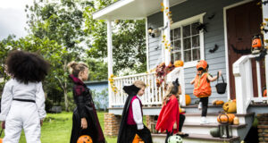 https://www.freepik.com/free-photo/little-children-trick-treating_3297406.htm#page=1&query=trick%20or%20treat%20kids&position=2&from_view=search